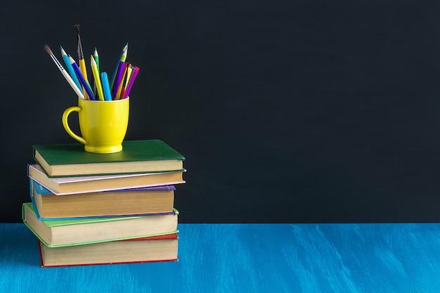 Werkplaats leerling boeken briefpapier op blauwe tafel Premium Foto