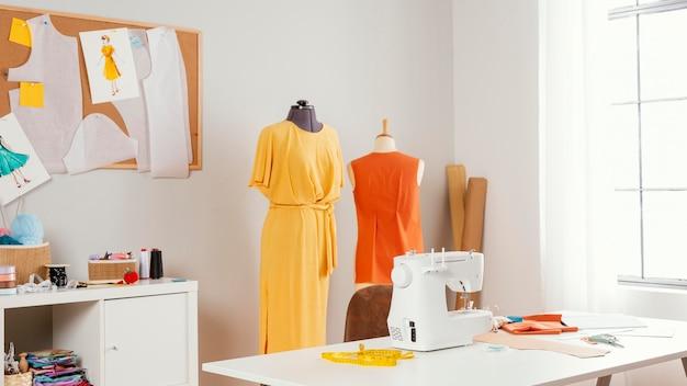Werkplaats met kleding en naaimachine Gratis Foto