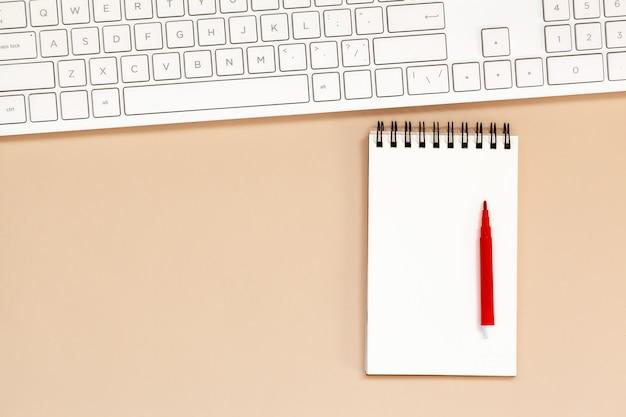 Werkplek leeg spiraalvormig notitieboekje met toetsenbord op lijst. Premium Foto
