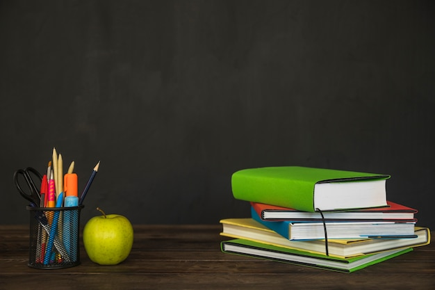 Werkplek met boeken en briefpapier Gratis Foto