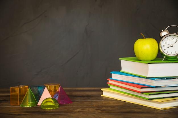 Werkplek met boeken en geometrische vormen Gratis Foto