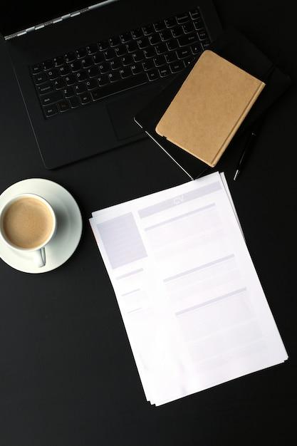 Werkplek met computer en koffiekopje Gratis Foto