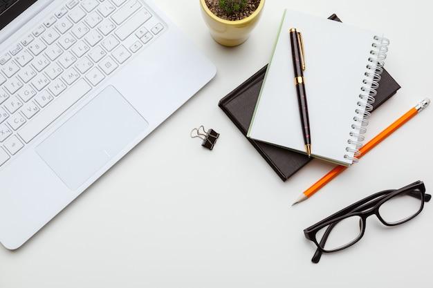 Werkplek met laptop laptop Premium Foto