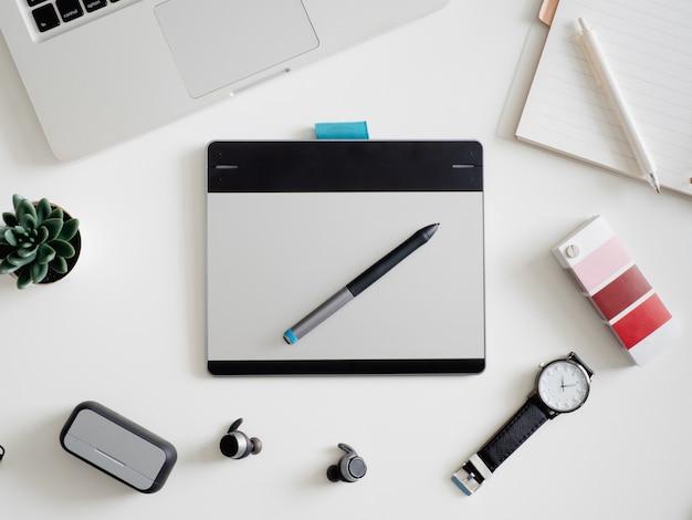 Werkplek met laptop, notebook, grafisch tablet en smartphone. Premium Foto