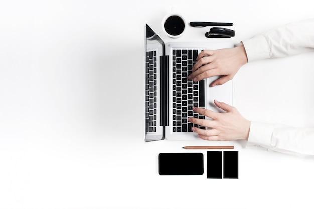Werkplek op kantoor. technologie. Gratis Foto