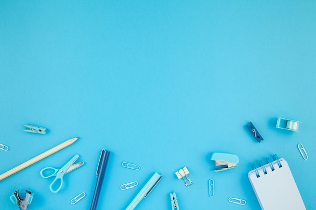 Werkruimte bureau gestileerd ontwerpbureau levert achtergrond Premium Foto