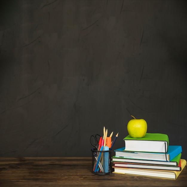 Werkruimte met boeken en briefpapier Gratis Foto