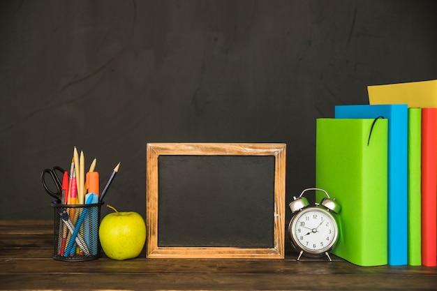 Werkruimte met boeken en schoolbordframe Gratis Foto