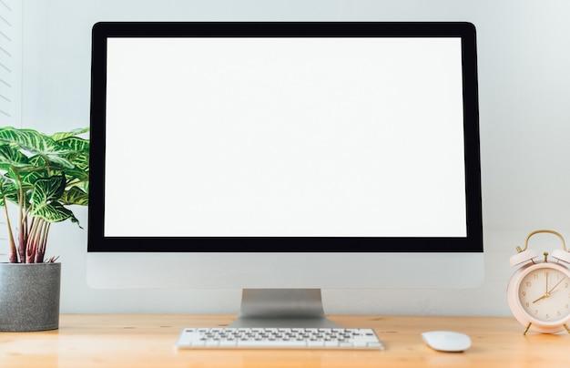 Werkruimte met computer met leeg scherm en kantoorbenodigdheden Premium Foto