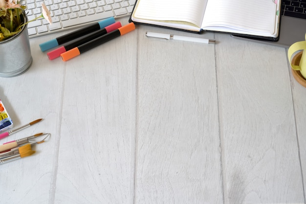 Werkruimte voor designer van kunstenaars met creatieve benodigdheden en kopieerruimte Premium Foto
