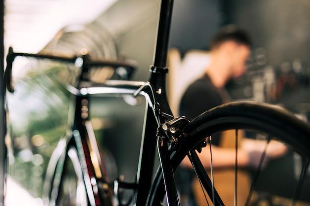 Werktuigkundige die een fiets herstelt Gratis Foto
