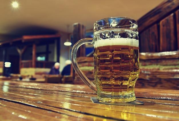 Werper van bier op houten tafel Gratis Foto