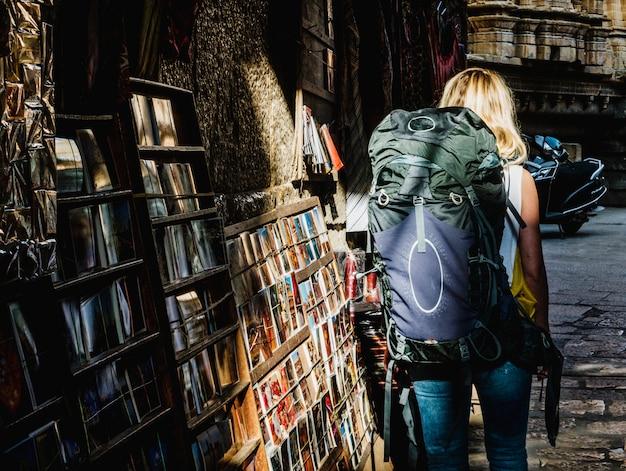 Westelijke backpackervrouw die india onderzoekt Gratis Foto