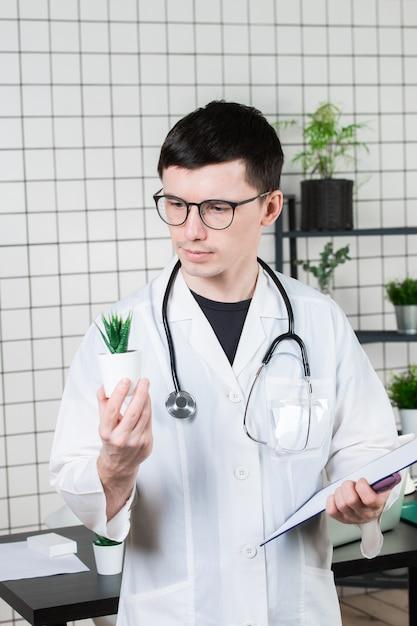 Wetenschapper voert experimenten uit met een groene plant Premium Foto