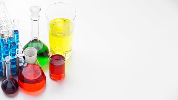 Wetenschapselementen met chemicaliënassortiment met exemplaarruimte Gratis Foto