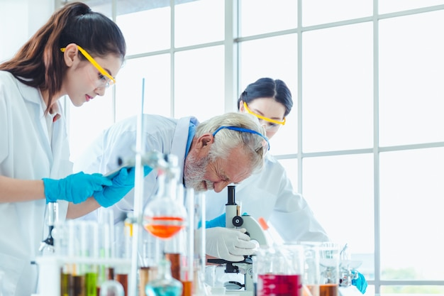 Wetenschapsleraar en studententeam die met chemische producten in laboratorium werken Premium Foto
