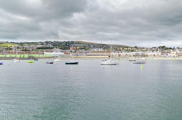 Wicklow, ierland, uitzicht over de stad wicklow vanaf de haven van wicklow. Premium Foto