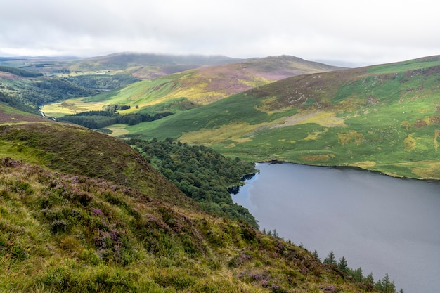 Wicklow-manierlandschap lough tay lake in een bewolkte dag. Premium Foto