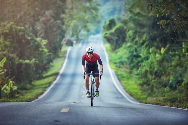 Wielerwedstrijd, wielrenner atleten rijden een race met hoge snelheid op bergweg Premium Foto