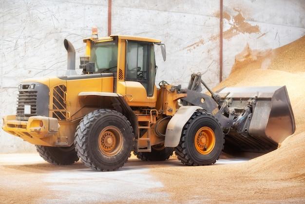 Wiellader, graafwerktuig die zand laden bij bouwwerf. Premium Foto