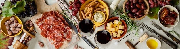 Wijn en tapas, bovenaanzicht Premium Foto