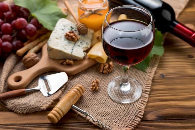 Wijn met voedsel op houten achtergrond Gratis Foto