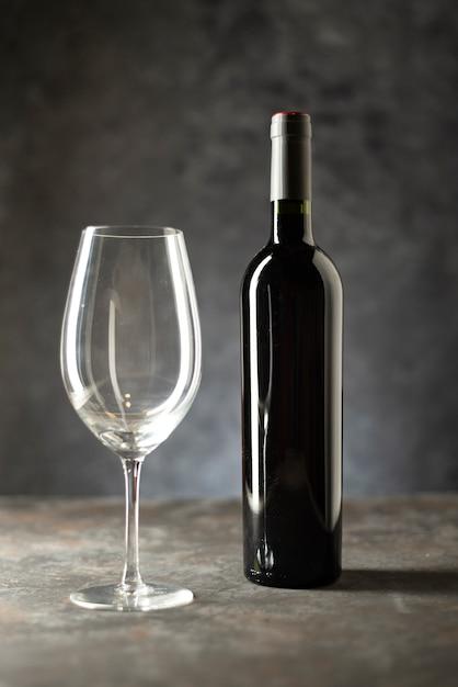 Wijnfles en glas op een tafel Gratis Foto