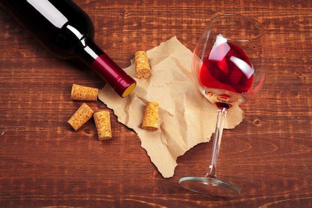 Wijnglas op houten tafel Premium Foto