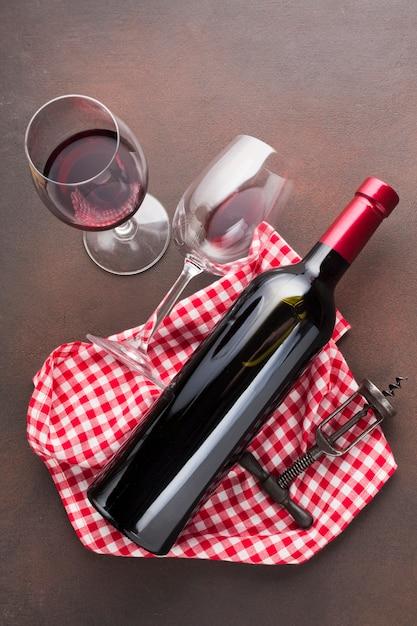 Wijnglazen op een uitstekende achtergrond Gratis Foto