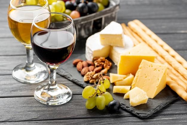 Wijnproeverij met kaas op tafel Gratis Foto