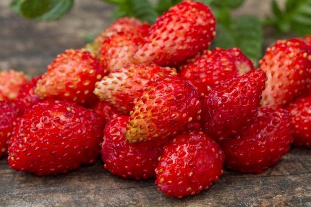 Wilde aardbeien op hout Premium Foto