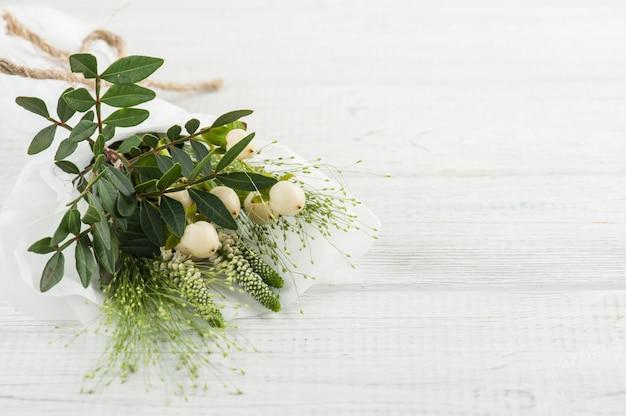 Wilde bloemen, bladeren, twijgen op houten achtergrond Premium Foto