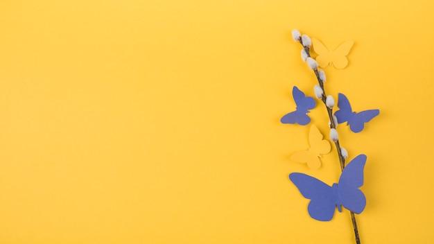 Wilgentak met heldere papieren vlinders Gratis Foto