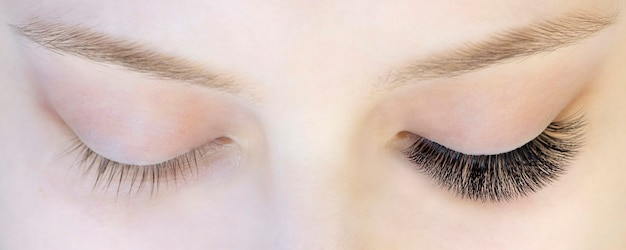 Wimper extensions. close-up van ogen met uitgebreide wimpers en zonder uitgebreide wimpers, wit meisje. voor en na Premium Foto
