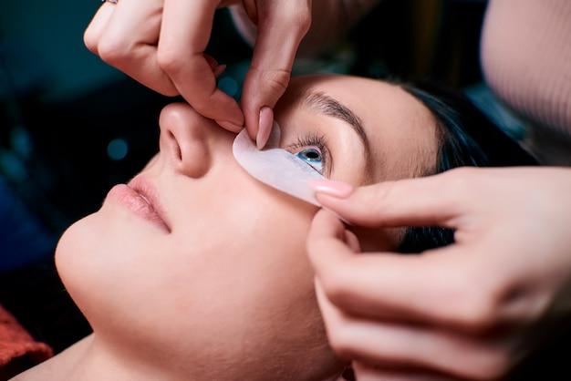 Wimperuitbreidingen in de schoonheidssalon. training en markering. Premium Foto