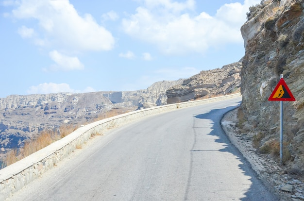 Windende kronkelige weg in de bergen van santorini Premium Foto