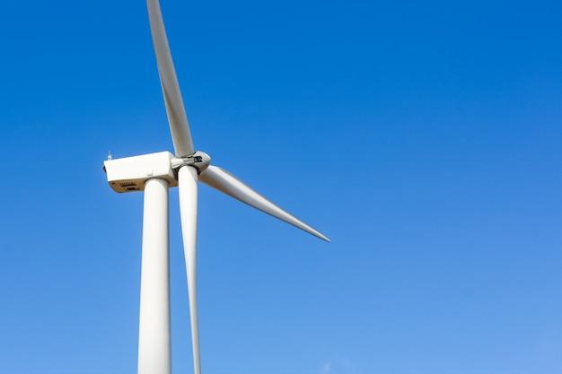 Windmolenturbine voor elektrische productie in khao kor, petchaboon, thailand Premium Foto