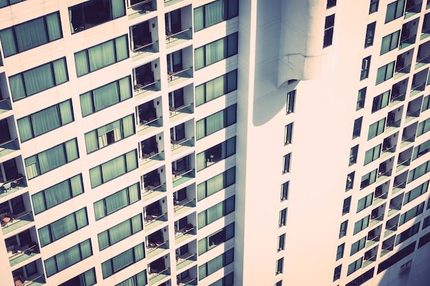 Windows-patroonstructuren buiten het gebouw Gratis Foto