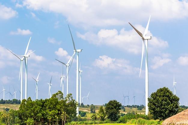 Windturbine-generatoren liggen langs de heuveltoppen Premium Foto