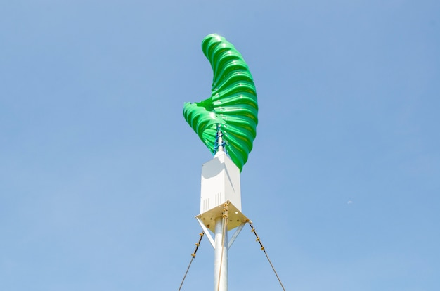 Windturbine in de verticale spiraalvorm tegen blauwe hemelachtergrond Premium Foto