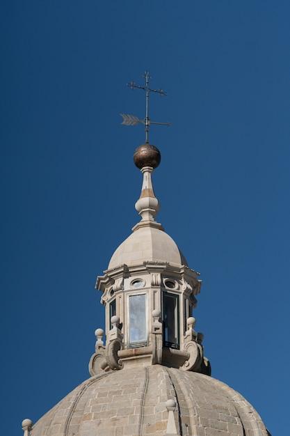 Windwijzer of windvaan en koepel lantaarn op de top van een toren van de kathedraal van santiago de compostela Premium Foto