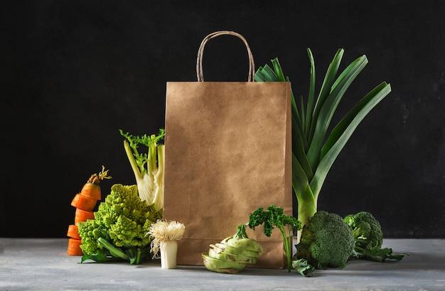 Winkelen gezond voedsel concept. gezonde voeding met papieren zak groenten Premium Foto