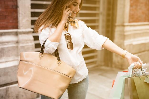 Winkelen meisje op telefoon Gratis Foto