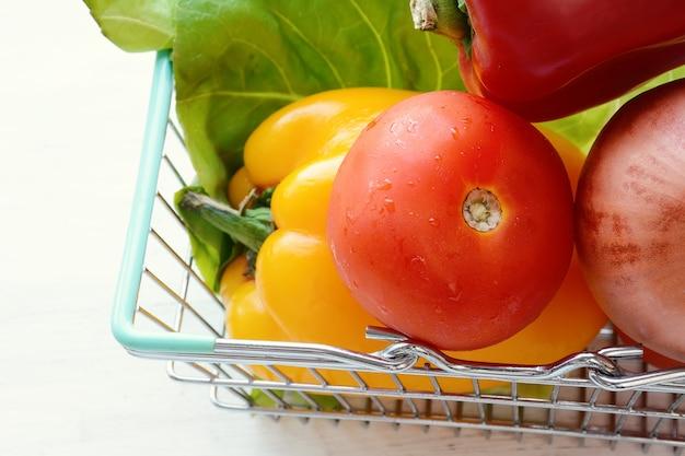 Winkelmand met groenten Premium Foto