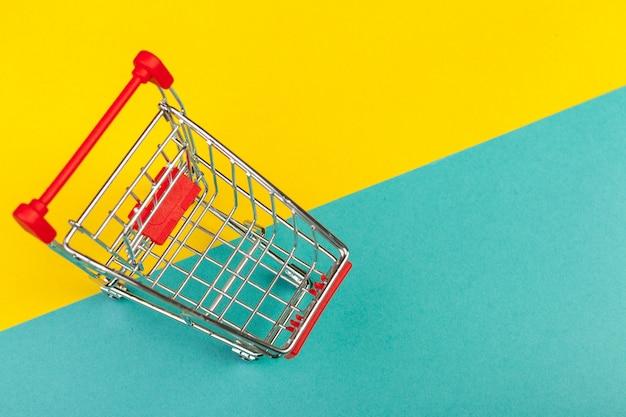 Winkelmand op een gekleurde Premium Foto