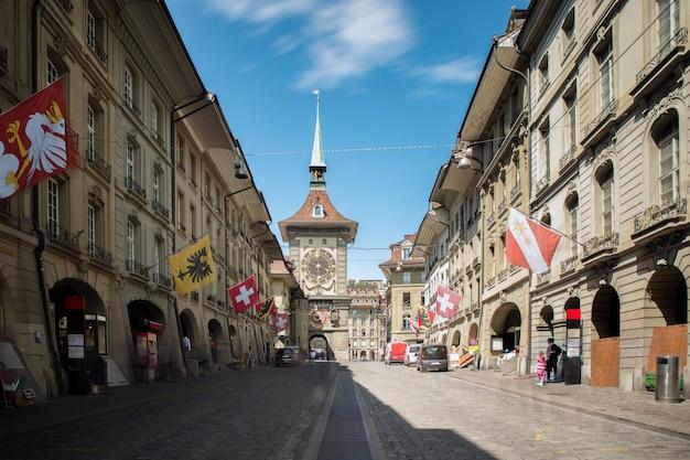 Winkelstraat met klokkentoren zytgloggein de oude middeleeuwse stad van bern, zwitserland. Premium Foto