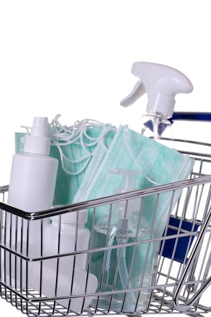 Winkelwagen gevuld met verschillende soorten ontsmettingsmiddelen geïsoleerd Premium Foto