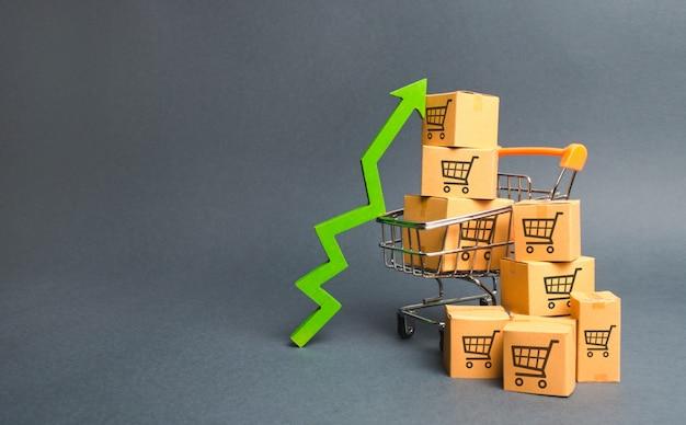 Winkelwagen met kartonnen dozen met een patroon van handelskarren en een groene pijl omhoog Premium Foto