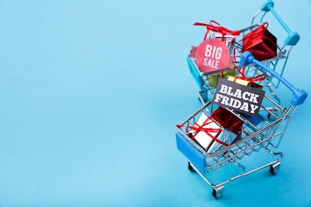 Winkelwagentjes met geschenken en tags Gratis Foto