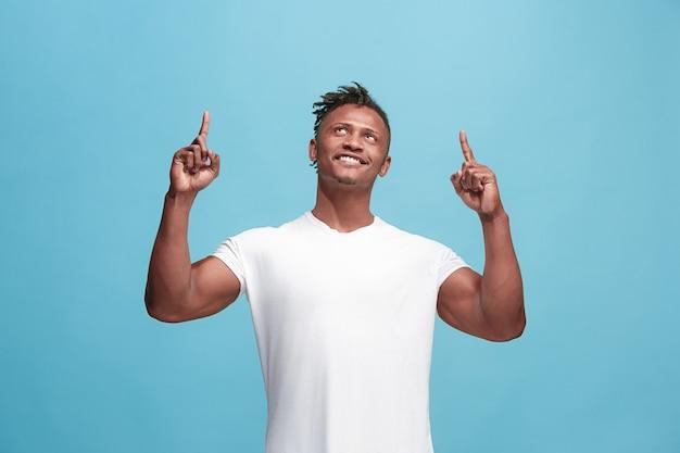 Winnend succes afro-amerikaanse man gelukkig extatisch vieren dat hij een winnaar is. dynamisch energetisch beeld van mannelijk model Gratis Foto